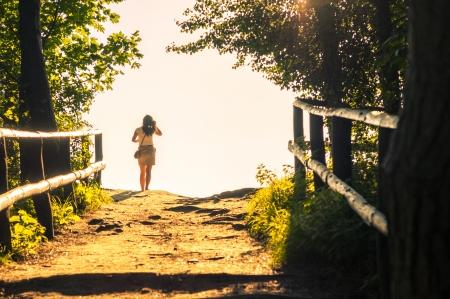 Een beeld o meisje lopen door het bos weg