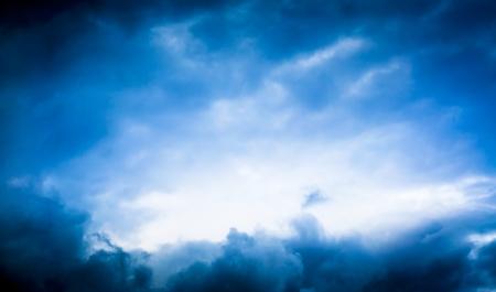 Een afbeelding van blude onweerswolk met heldere ruimte in het midden Stockfoto