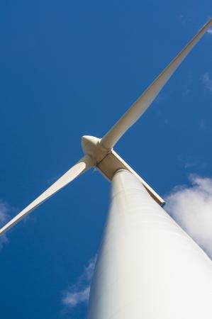 Een beeld van de windturbine op zonnige dag