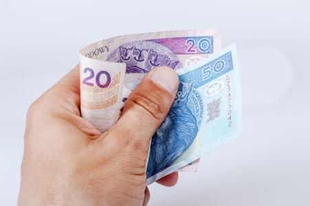 Een beeld van Poolse zloty bankbiljetten in de hand