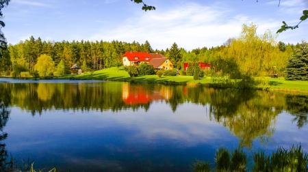 Een afbeelding van Huis in het midden van bos Stockfoto