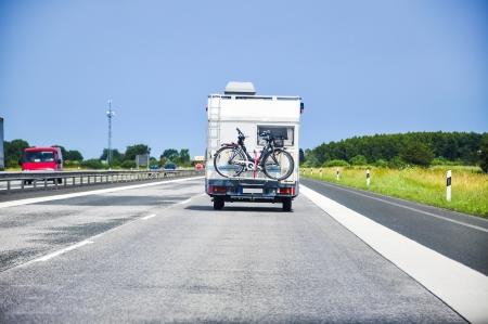 Een afbeelding van camper op de snelweg