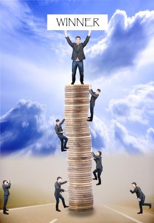 Een afbeelding van businessmens klimmen naar de toren gemaakt van munten