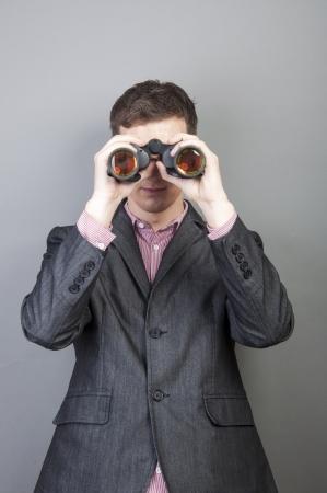 Een beeld van zakenlieden kijkt door verrekijker