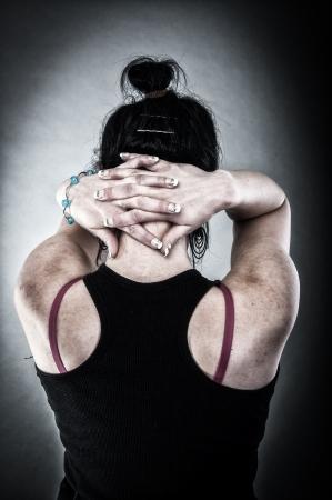 Een afbeelding van ontvoerde meisje met kruis handen op de nek
