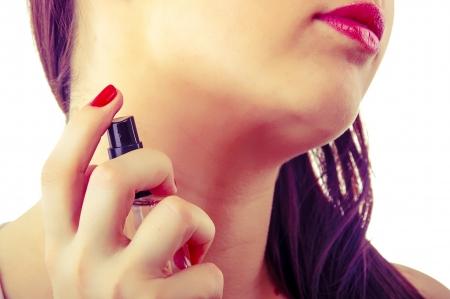 Ein Bild der Frau Prüfung Parfüm isoliert auf weiß