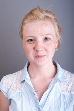 Ein Bild von Studio Portrait sommersprossige Blondine