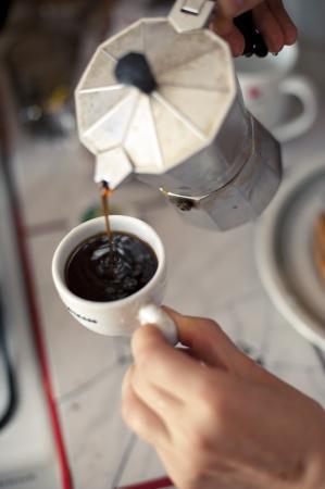 Een beeld van Italiaanse koffie brouwen