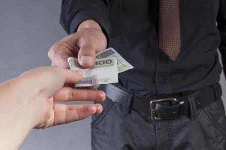 een afbeelding van zakenman is het eten van een boterham met geld Stockfoto