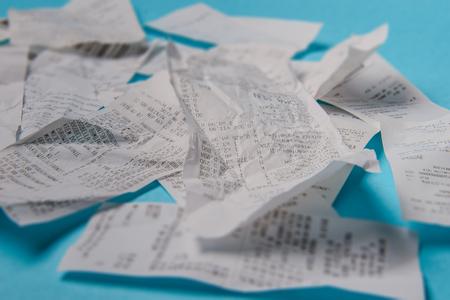 Pile de reçus d'achat sur un fond bleu Banque d'images