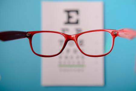 close-up van glazen liggend op Snellen testkaart Stockfoto