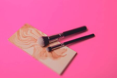 A photograph of Isolated make-up powder with brush on black background Banque d'images - 130754943