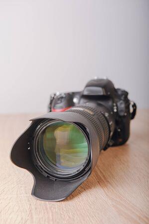 Digitale Fotokamera auf Holztisch Standard-Bild