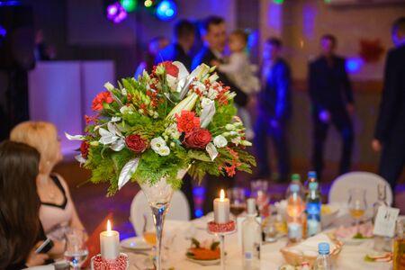 Mesa de boda bellamente decorada y otros detalles en el salón de bodas. Día de la boda Foto de archivo