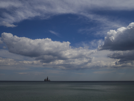 Panorama of a lone ship in the sea. Seascape. 版權商用圖片 - 103116292