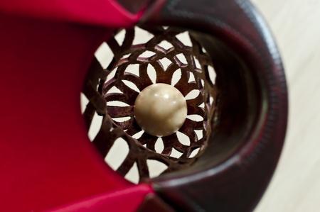 Una bola blanca que se embolsaron en la esquina de una mesa de billar Foto de archivo - 9417752