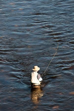 hombre pescando: Hombre con una mosca de pesca
