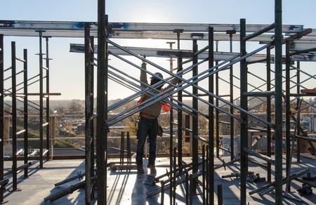 la creazione di ponteggi in un cantiere edile Operaio edile