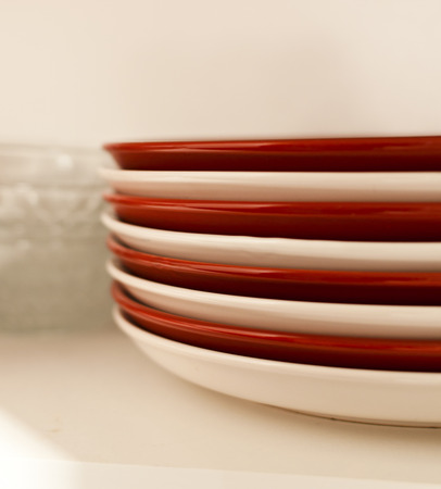Stacked white and red plates and glass bowls 版權商用圖片