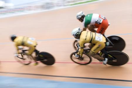 keirin: KUALA LUMPUR, MALAYSIA - 12 febbraio 2012: gara ciclista durante l'ultimo categoria keirin in Asia in bicicletta 32 Campionati 2012. Da sinistra, Josiah NG (MAS), Azizulhasni Awang (MAS) e Mohammad parash (IRI).