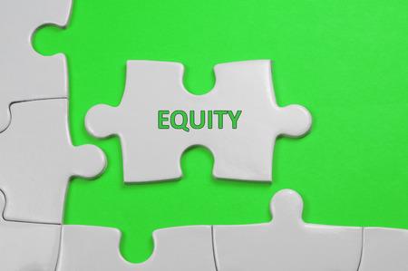 equidad: Palabra Equidad rompecabezas en blanco - concepto de negocio