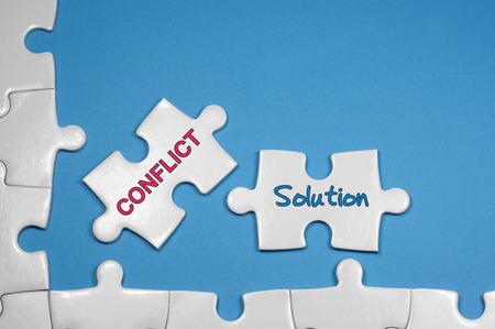 흰색 퍼즐 - 비즈니스 개념에 충돌 및 솔루션 단어