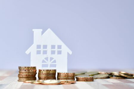 Close up of Wooden home and stack money coins of property investment concept Zdjęcie Seryjne