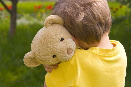 Chico con oso  Foto de archivo