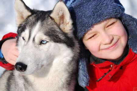 Happy ni�o con perro Husky