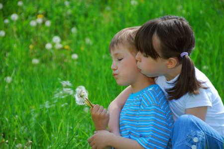 blowing dandelion: Bambini che soffia dandelion semi  Archivio Fotografico