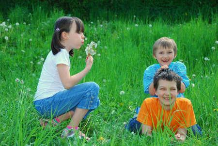 Niños jugando en el campo  Foto de archivo - 3128901