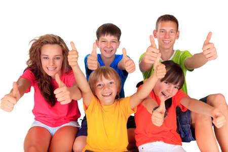 Los adolescentes y los ni�os con los pulgares arriba