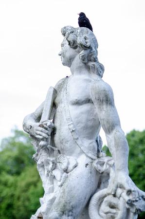 escultura romana: Escultura romana antigua con el p�jaro en la cabeza Foto de archivo
