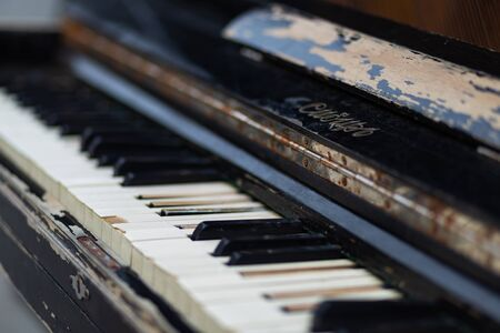 cracked keys of an old piano Banque d'images