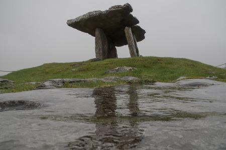 Poulnabrone Dolmen Tomb in Burren Irleland, Фото со стока - 96529215