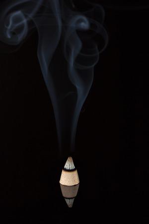 aromatický: Aromatické kužel kouří na černém pozadí