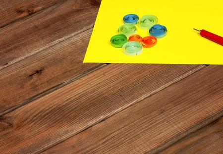 carta e penna: Brillante elementi sfondo colorato per quilling (carta, penna, righello)