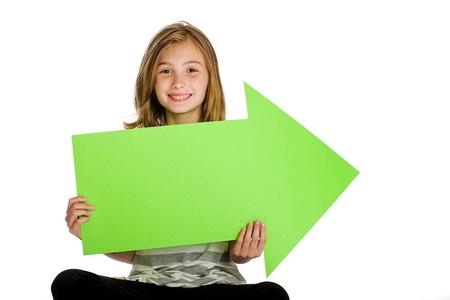Leuke jongen die groene pijl teken Stockfoto