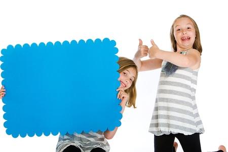 Twee kinderen die een leeg bord Stockfoto