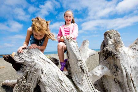 niño trepando: niños jugando en la playa Foto de archivo
