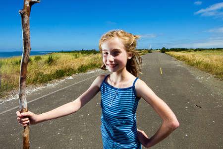 Kind zwerven alleen op een lege weg