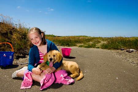 kind spelen met de hond buiten onder een blauwe hemel