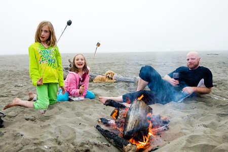 Camp Fire op het strand Stockfoto