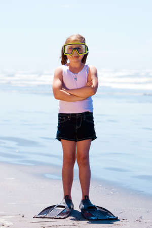 flippers: Ni�o Scuba Diver jugando en la playa