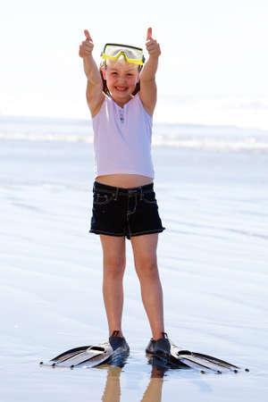 flippers: Buzo Niño jugando en la playa