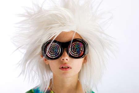 Weird op zoek jongen met wilde witte pruik en bril hypnotische