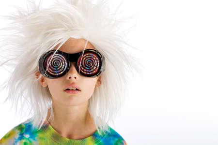 Vreemd uitziende jongen met wilde witte pruik en hypnotische glazen