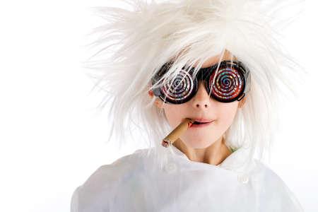 Weird op zoek jongen met wilde witte pruik en hypnotische glazen, het roken van een sigaar Stockfoto