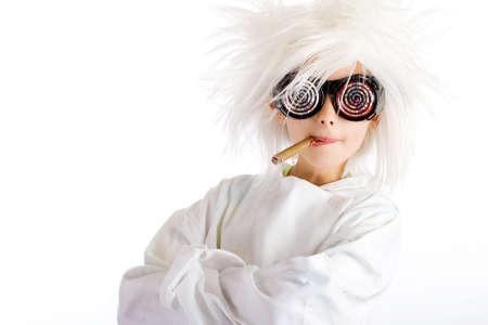 Vreemd uitziende jongen met wilde witte pruik en hypnotische glazen, het roken van een sigaar Stockfoto
