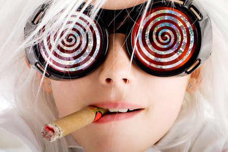 Gek kind met hypnotische glazen roken van een sigaar Stockfoto - 10849629